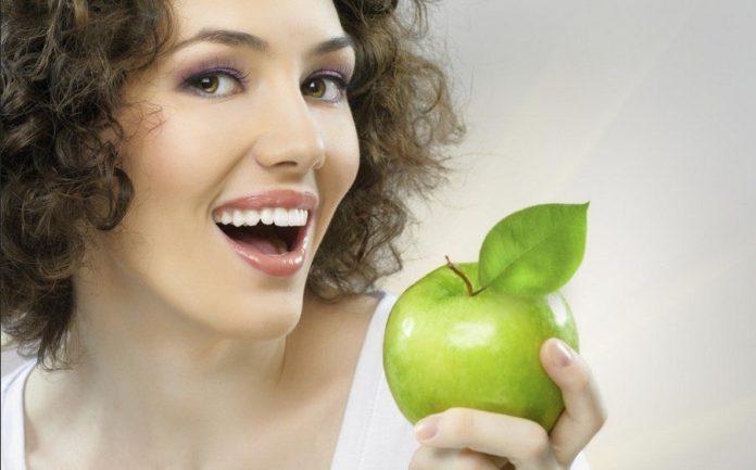 Come sbiancare i denti a casa in modo naturale - metodi per lo sbiancamento dei denti