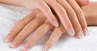 Mani secche e screpolate: cause e rimedi naturali. Scopri le cause delle mani secche e screpolate, cosa fare, cosa usare e i rimedi più efficaci per avere mani perfette e curate.