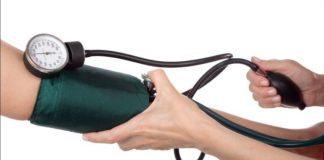 Pressione alta (ipertensione): valori, sintomi, cosa magiare, cosa fare e rimedi naturali. Scopri quali sono i sintomi della pressione alta, le cause, la cura, i rimedi naturali contro l'ipertensione, cosa mangiare, i cibi da evitare e i consigli su cosa fare per abbassare la pressione alta.