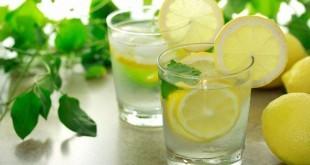 Bere acqua e limone al mattino fa bene o fa male? Scopri i benefici di questa bevanda.