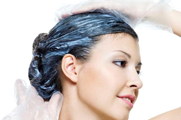 Come tingere i capelli in modo naturale a casa