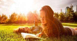 Leggere fa bene alla salute! Scopri perché è importante leggere un libro, quali sono i benefici della lettura e una lista di libri da leggere assolutamente.
