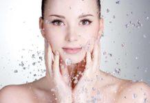 Acqua micellare - cos'è, a cosa serve, quale scegliere e come si usa. Scopri che cos'è l'acqua micellare, come usarla per struccarsi bene il viso, quale scegliere in base al tipo di pelle e quali sono i migliori marchi da scegliere.