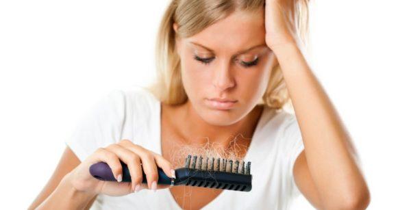 Caduta capelli - scopri come contrastare la caduta dei capelli e i rimedi naturali più efficaci per rinforzare i capelli deboli che cadono.