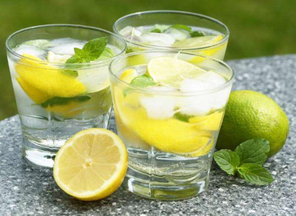 Bere un bicchiere di acqua calda e limone la mattina fa bene o fa male?