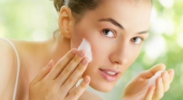 Passo 5 come fare la pulizia del viso in casa: idratare la pelle del viso con una crema idratante