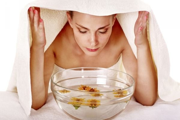 Passo 1 per la pulizia del viso fatta in casa: suffumigi per aprire i pori