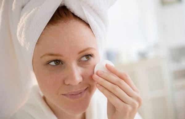 Passo 4 per fare la pulizia del viso in casa: Chiudere i pori con il tonico