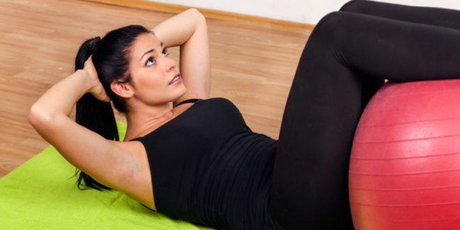 Addominali scolpiti e perfetti: esercizi da fare a casa e dieta per avere pancia piatta