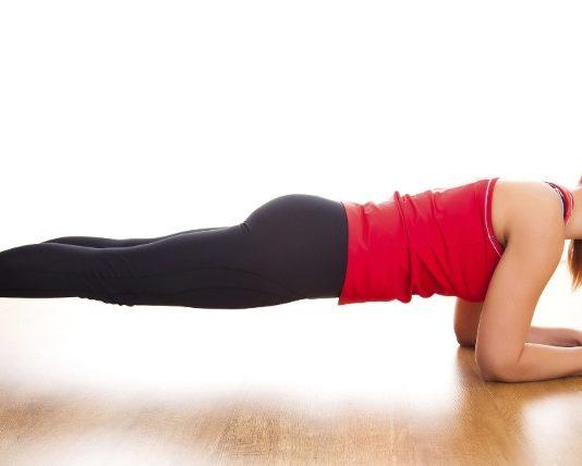 Plank: è un esercizio statico nel quale bisogna mantenere il corpo in una certa posizione per tonificare gli addominali, ma permette anche di mettere in movimento quasi tutti i muscoli de corpo. Scopri cos'è il plank, l'esercizio per avere addominali perfetti, la posizione corretta ed il corretto movimento per la corretta esecuzione del Plank.
