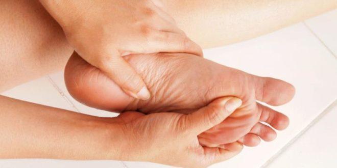 Piede d'atleta: sintomi, cause, prevenzione e rimedi naturali veloci. Scopri le cause del piede d'atleta, i sintomi, cosa fare per prevenire questo disturbo e i migliori rimedi naturali contro il piede d'atleta.