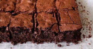 Brownies: ricetta originale semplice + 5 varianti facili e veloci. Scopri come preparare i brownies, tipico dessert dolce della cucina americana, realizzati con cioccolato fondente e nocciole.