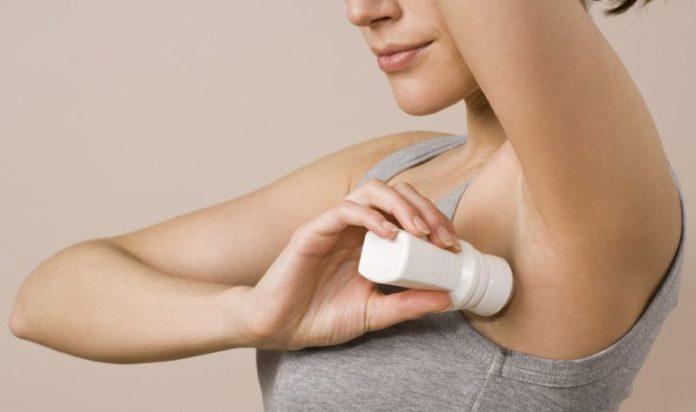 Sudorazione eccessiva (iperidrosi): cause e rimedi per combatterla. Scopri le cause ed i rimedi per contrastare la sudorazione eccessiva curando adeguatamente l'igiene personale ed usando prodotti specifici, come deodoranti e antitraspiranti.
