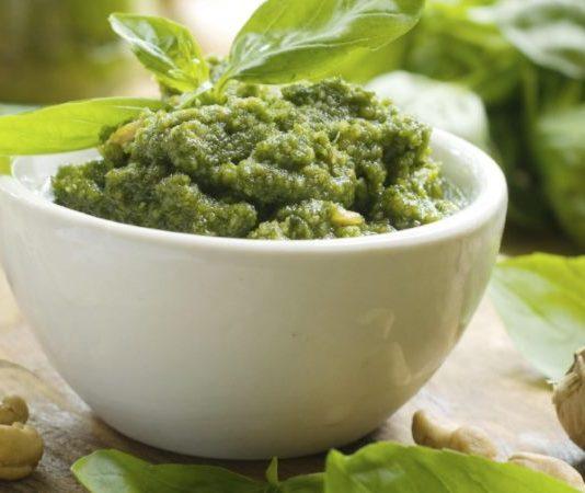 Pesto alla genovese: ricetta originale + altre varianti facili e veloci. Scopri come fare il pesto genovese, gli ingredienti della ricetta classica ed alcune varianti pesto sfiziose.