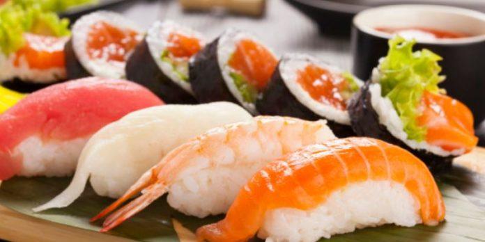 Anisakis: cos'è, sintomi, cura, in quali pesci si trova. Scopri cos'è l'anisakidosi, i sintomi immediati, in quali pesci si trova il parassita anisakis, cosa fare contro questo parassita, le cure e come prevenire i parassiti del pesce crudo.