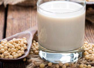 Latte di soia: proprietà, benefici, uso e controindicazioni. Scopri le proprietà del latte di soia, i benefici per la salute, ricetta fai da te, come preparare il latte di soia in casa, gli usi in cucina o in cosmetica, le controindicazioni e gli effetti collaterali.