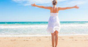Come assumere la vitamina D attraverso il sole in modo sicuro. Il sole è la principale fonte di vitamina D. Scopri il fabbisogno giornaliero di vitamina D, quanti minuti di esposizione al sole servono per assumere la giusta quantità di vitamina D e le conseguenze se si prende troppo sole.
