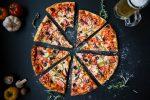 Come fare la pizza proteica in casa o dove comprarla. Ricetta, valori nutrizionali e benefici per la salute
